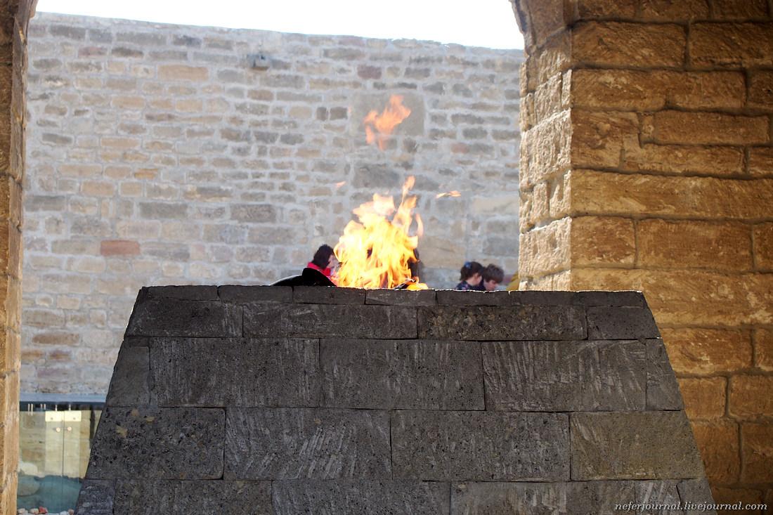 Зороастрийский храм Атешгях. Подстава для туристов.