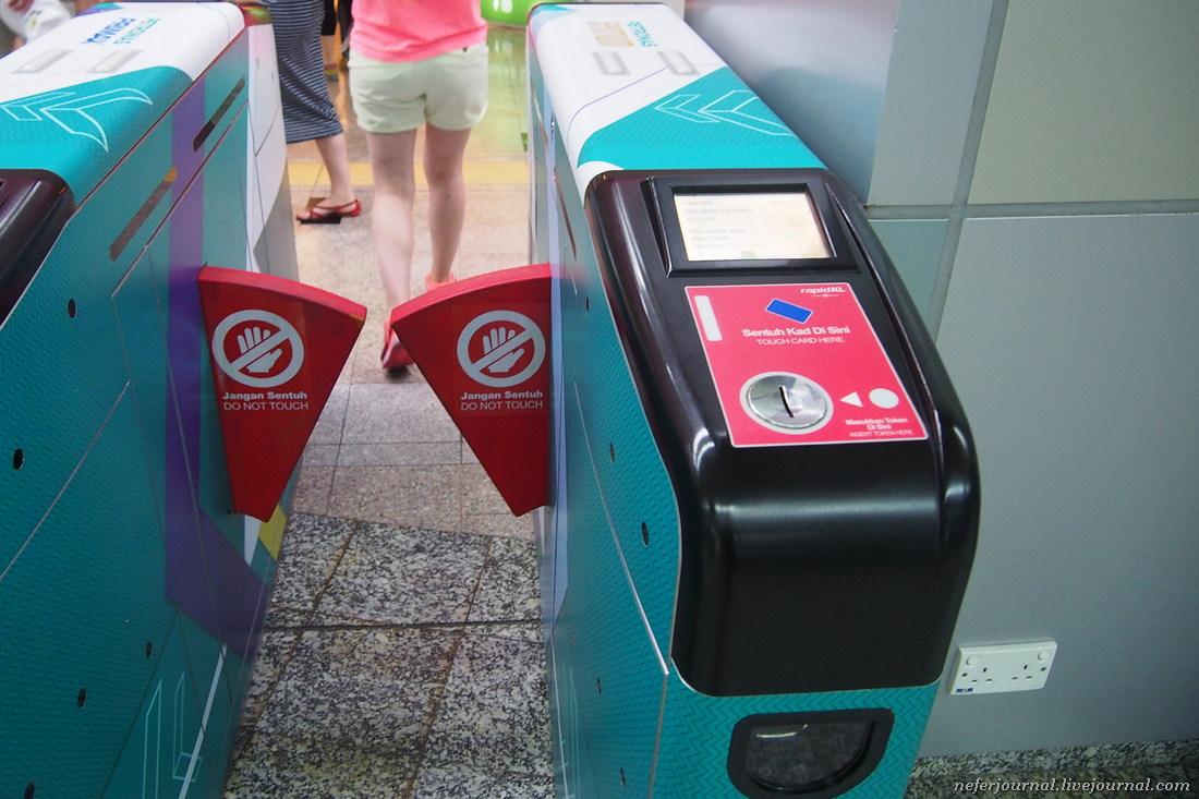 В метро Куала-Лумпура проезд с дурианом запрещен