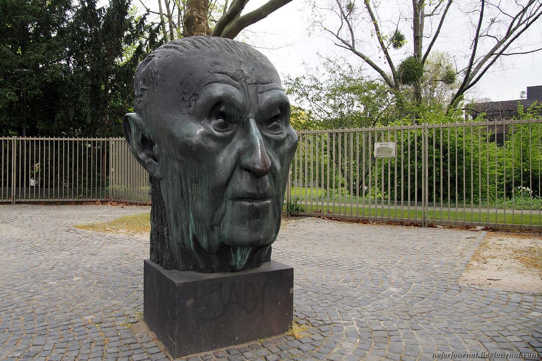 Голова канцлера Конрада Аденауэра. Нетуристический Бонн.
