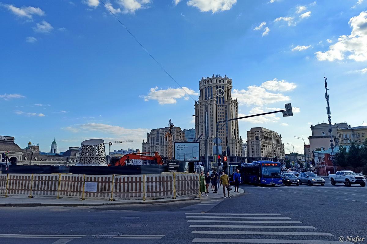 За забором виднеется Павелецкая Плаза